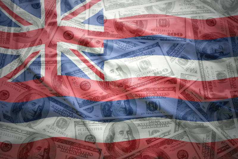 Bunte wellenartig bewegende Hawaii-Staatsflagge auf einem amerikanischen Dollargeldhintergrund lizenzfreie stockbilder