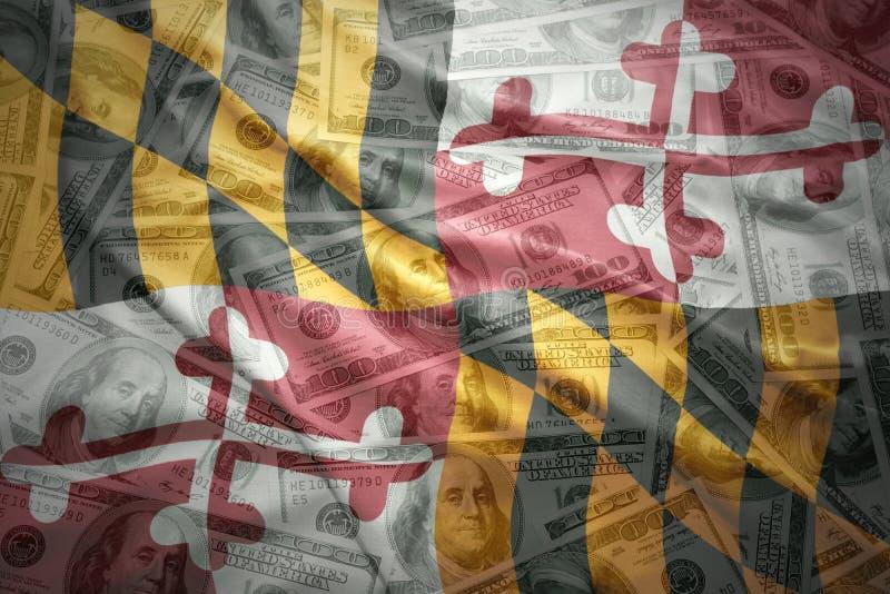 Bunte wellenartig bewegende Maryland-Staatsflagge auf einem amerikanischen Dollargeldhintergrund stockfotos