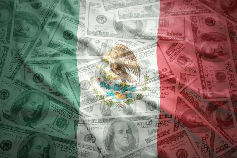 bunte wellenartig bewegende mexikanische Flagge auf einem Dollargeldhintergrund lizenzfreies stockbild