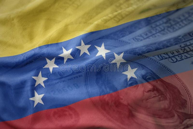 bunte wellenartig bewegende Staatsflagge von Venezuela auf einem Dollargeldhintergrund Ei auf goldenem Hintergrund lizenzfreies stockbild