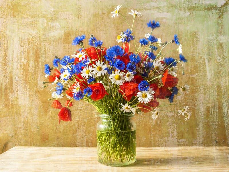 Bunte wilde Blumen des Stilllebenblumenstraußes stockbild