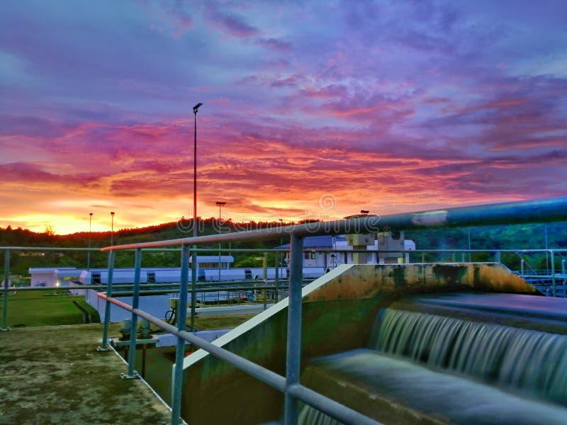 Bunte Wolken im Sonnenuntergang an meinem Arbeitsplatz stockbilder