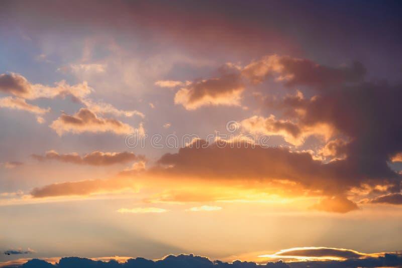 Bunte Wolken während des Sonnenuntergangs lizenzfreie stockfotos