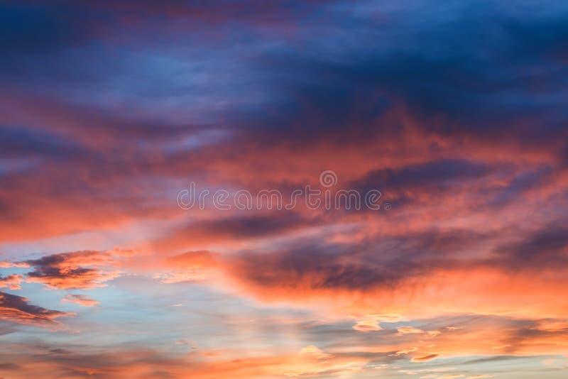 Bunte Wolken während des Sonnenuntergangs lizenzfreie stockfotografie