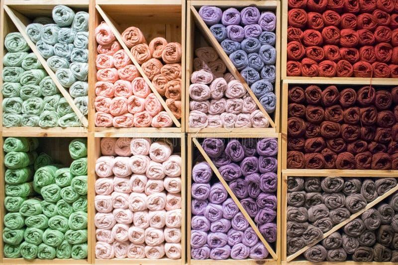 Bunte woolen Garne in einem Speicher auf hölzernen Regalen stockbild