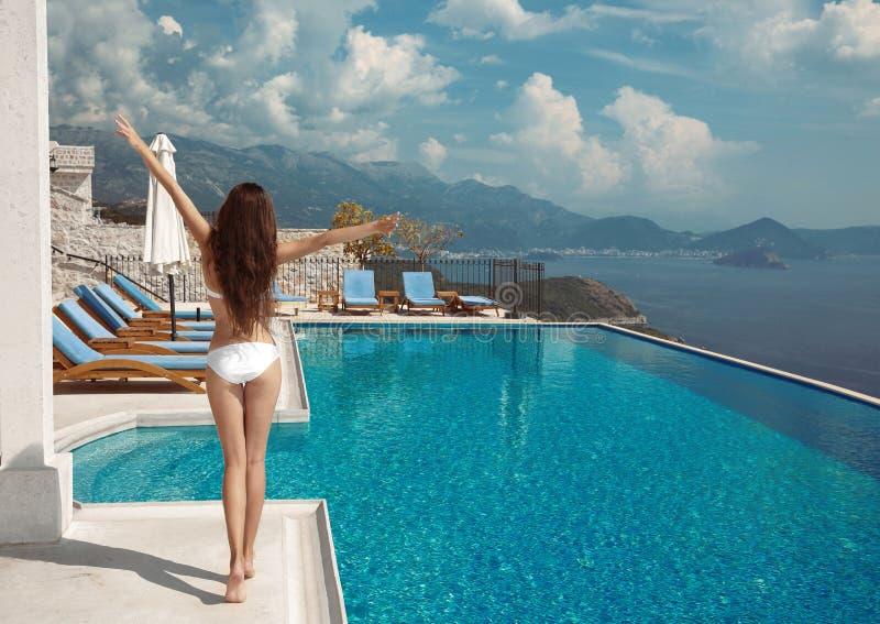 Bunte Zeichen auf weißem Hintergrund Ein Sonnenbad nehmende Luxusreiseferien freie Frau lizenzfreies stockfoto