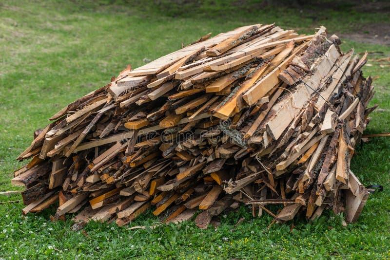 Bunten av bräden sårar med ståltråd på gräs royaltyfria bilder