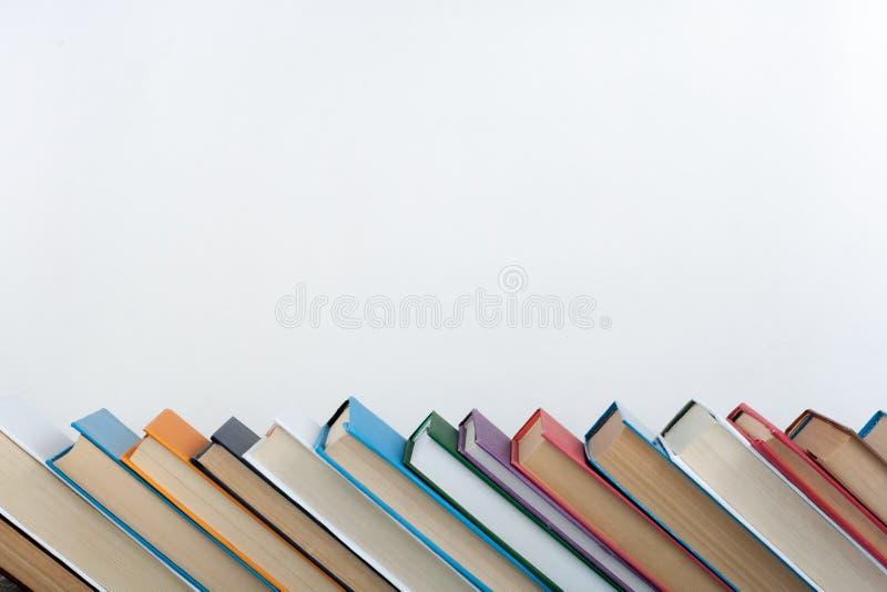 Bunten av färgrikt bokar sax och blyertspennor på bakgrunden av kraft papper tillbaka skola till Boka färgrika böcker för inbundn