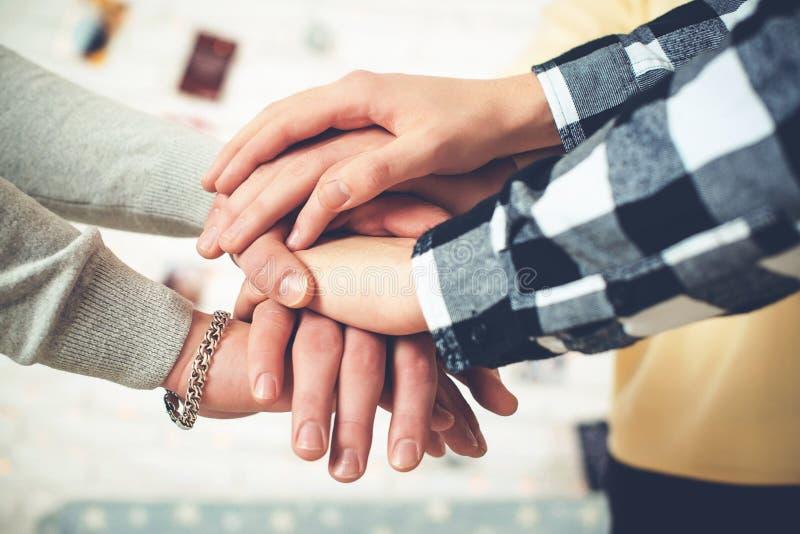 Bunten av händer stänger sig upp, vänner som visar enhet och teamwork royaltyfri fotografi