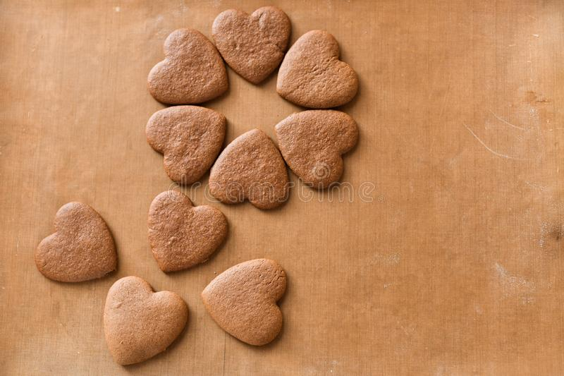 Bunten av handgjord hjärta formade kakagåvan för valentindag med förälskelse royaltyfria foton