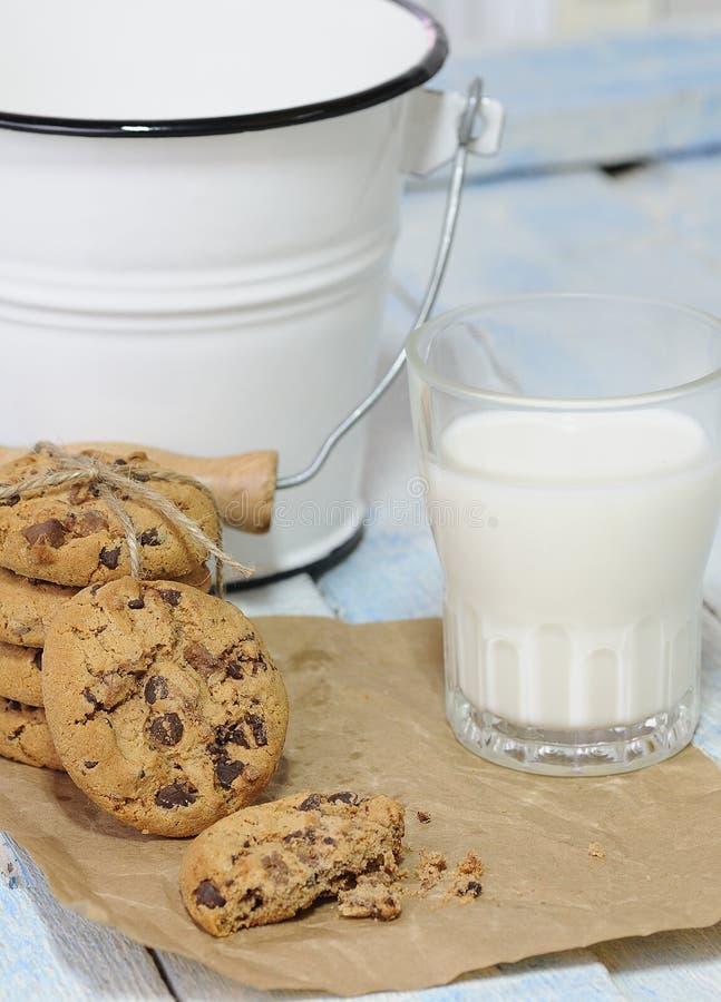 Bunten av kakor med exponeringsglas av mjölkar royaltyfria bilder