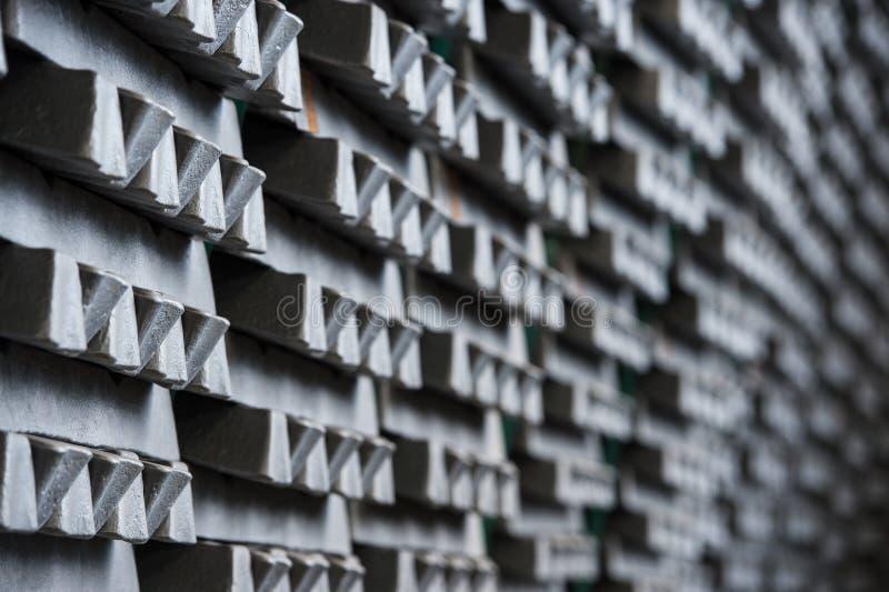 Bunten av rå aluminum tackor i aluminium profilerar fabriken royaltyfri bild