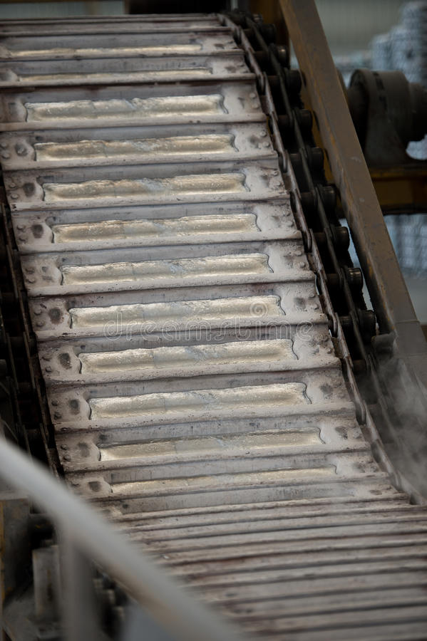 Bunten av rå aluminum tackor i aluminium profilerar fabriken arkivbild