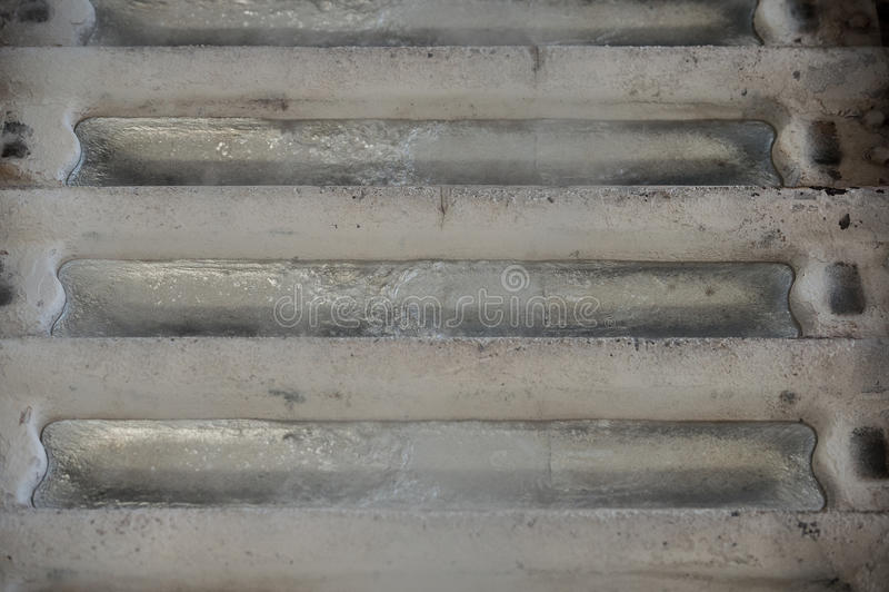 Bunten av rå aluminum tackor i aluminium profilerar fabriken arkivbilder