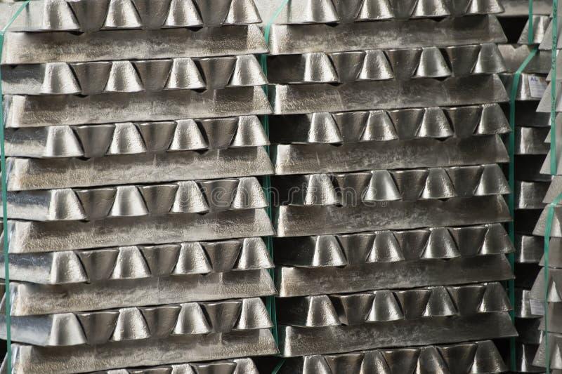 Bunten av rå aluminum tackor i aluminium profilerar fabriken royaltyfria bilder