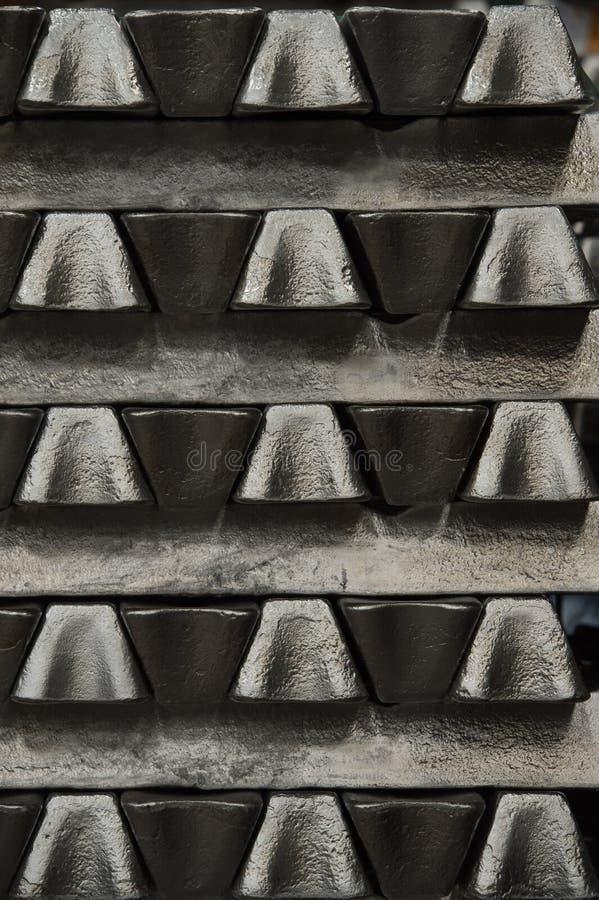 Bunten av rå aluminum tackor i aluminium profilerar fabriken arkivfoto