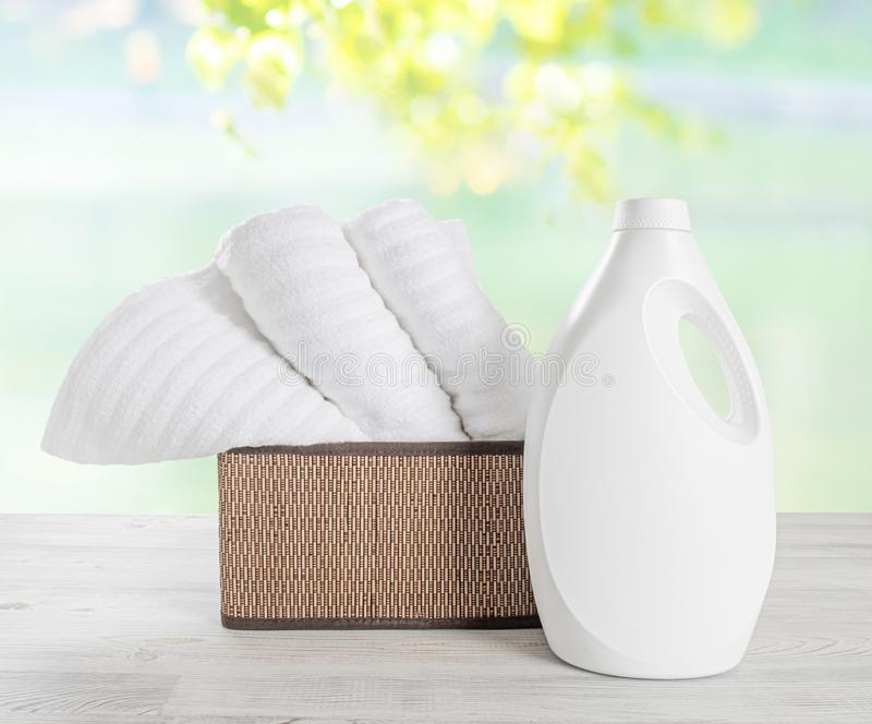 Bunten av vita handdukar i bascketen och den vita tomglaset av tvätterit stelnar Bunt av rena mjuka handdukar mot colorfullen royaltyfri fotografi