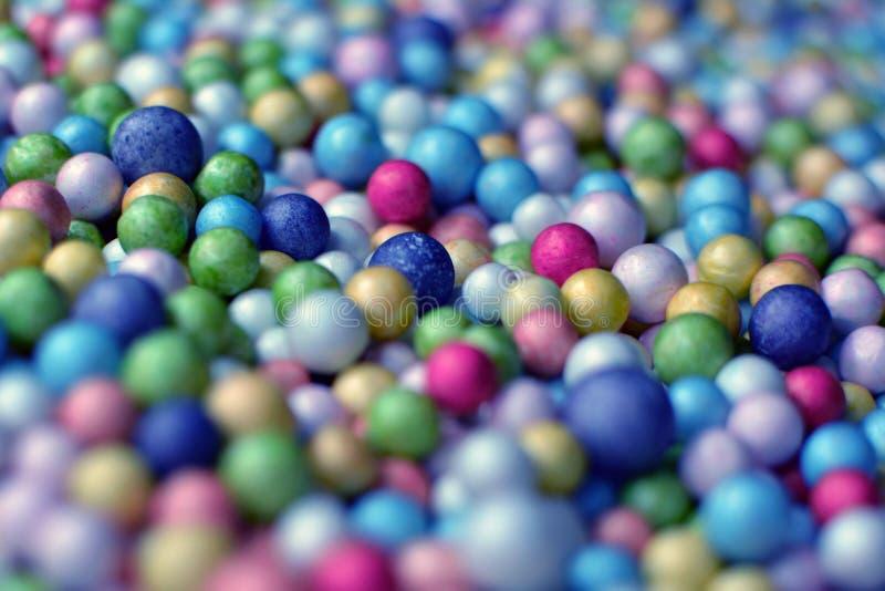 Bunter Ballhintergrund gebildet von vielen kleinen größtenteils blauen Schaumbällen stockfotos