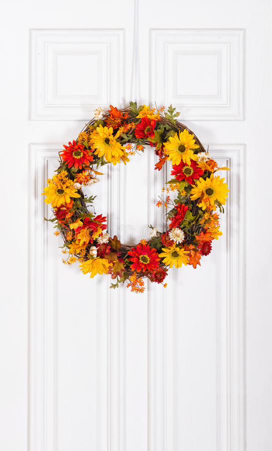 Blumen-Kranz, der an der Tür hängt stockbilder
