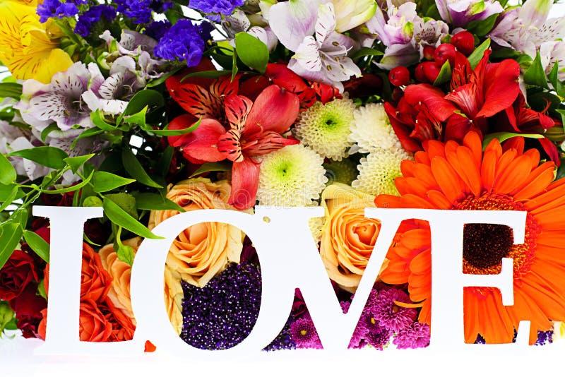 Bunter Blumenblumenstrauß getrennt auf Weiß lizenzfreies stockbild