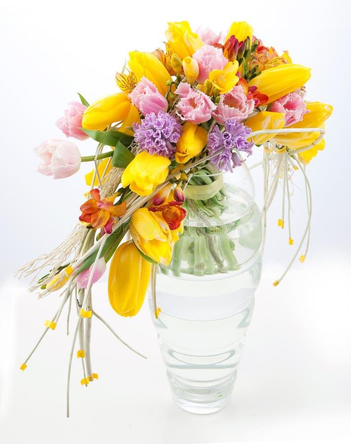 Bunter Blumenstrauß der Frühlingsblumen im Vase lizenzfreie stockfotos