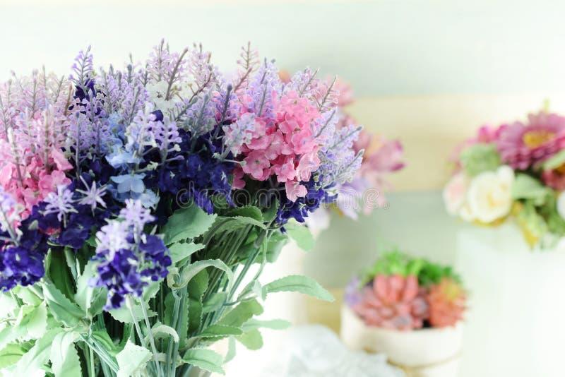 Bunter Blumenstrauß der künstlichen Blume der Dekoration lizenzfreie stockbilder