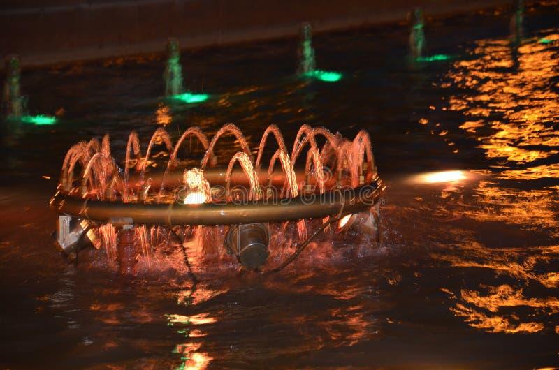 Bunter Brunnen an der Nachtshow lizenzfreie stockfotos