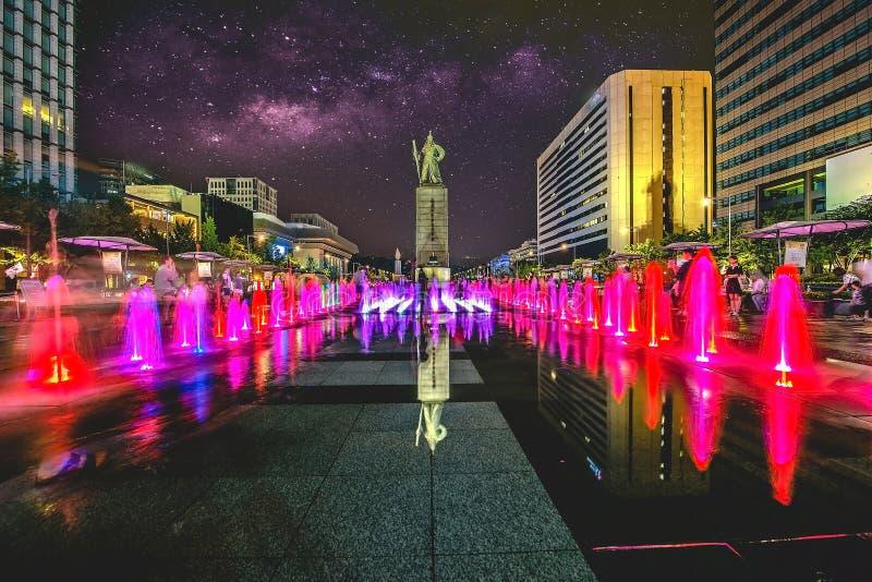 Bunter Brunnen an Gwanghwamun-Piazza mit Statue des Admirals Yin-Sin, der Sünde und der Milchstraße in Seoul-Stadt Foto in Seoul, stockbilder