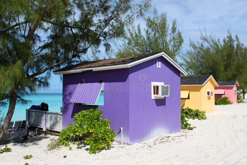 Bunter Cabana auf tropischem Strand lizenzfreie stockfotografie