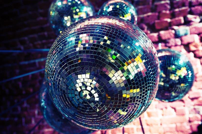 Bunter Discoparteihintergrund mit Spiegelbällen stockfotografie