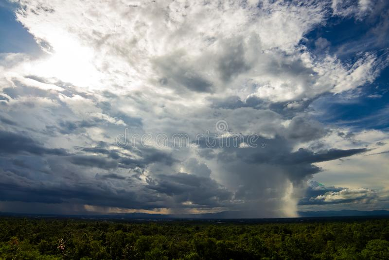 Bunter drastischer Himmel mit Wolke bei Sonnenuntergang lizenzfreie stockfotos