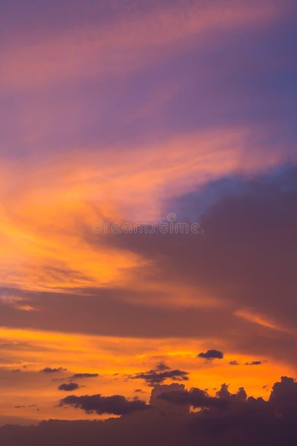 Bunter drastischer Sonnenunterganghimmel mit orange Wolke, Dämmerungshimmel stockfotos