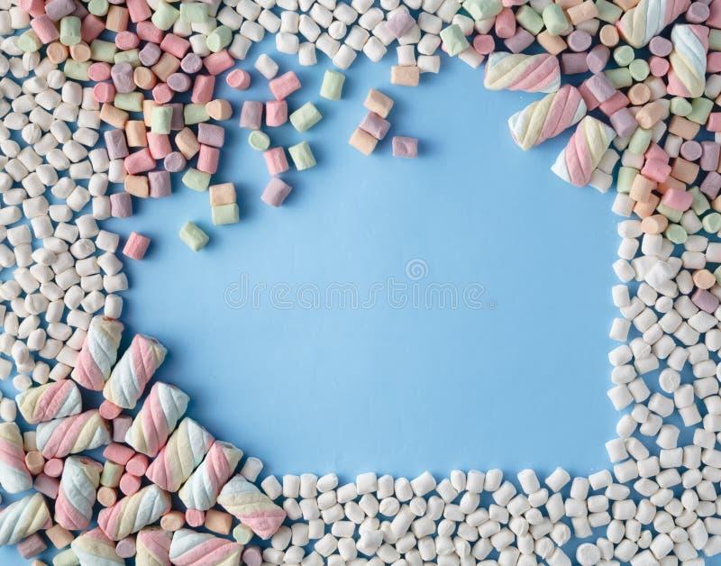 Bunter Eibischsüßigkeitsrahmen auf blauem Hintergrund stockfotos