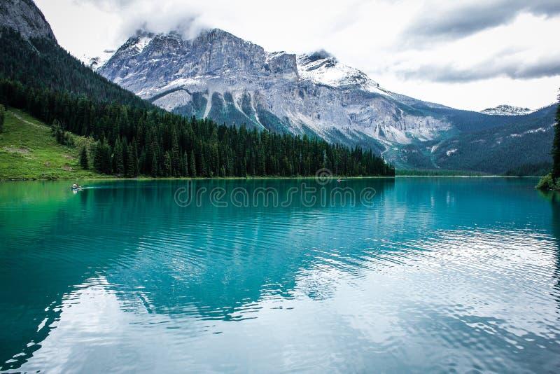 Bunter Emerald Lake im Juni lizenzfreie stockfotografie