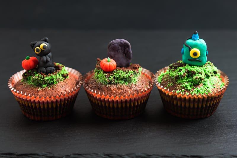 Bunter fantastischer Schokoladenkuchenkleiner kuchen des Halloween-Feiertagslebensmittels mit vernarrtem stockfoto
