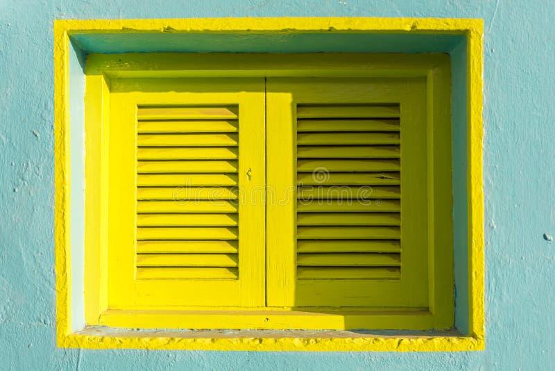 Bunter Fensterladen eines Mittelmeerhauses lizenzfreies stockfoto