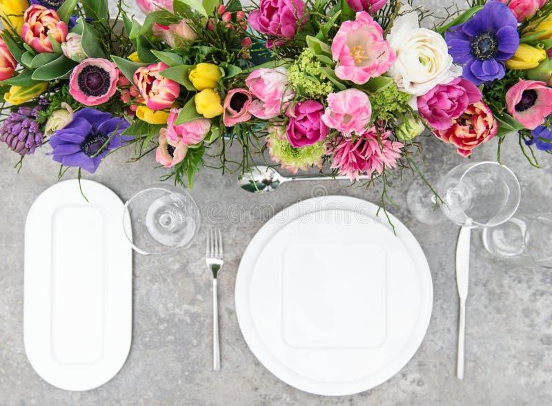 Bunter Frühling des Tischschmucks blüht Feiertagsgedeck lizenzfreies stockbild