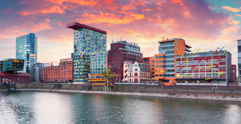 Bunter Frühlingssonnenuntergang auf dem Rhein in Dusseldorf stockbilder