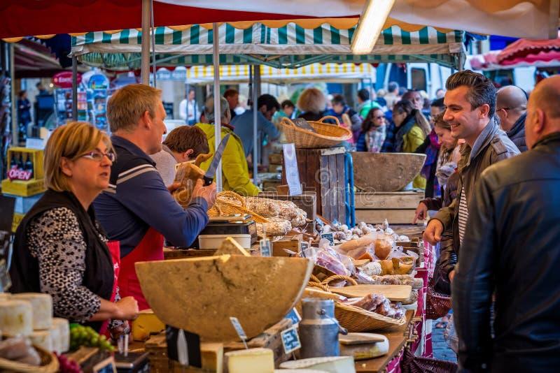 Bunter französischer Käsemarktstall mit Markthändler und Kunden eingelassenem Beaune, Burgunder, Frankreich lizenzfreies stockfoto
