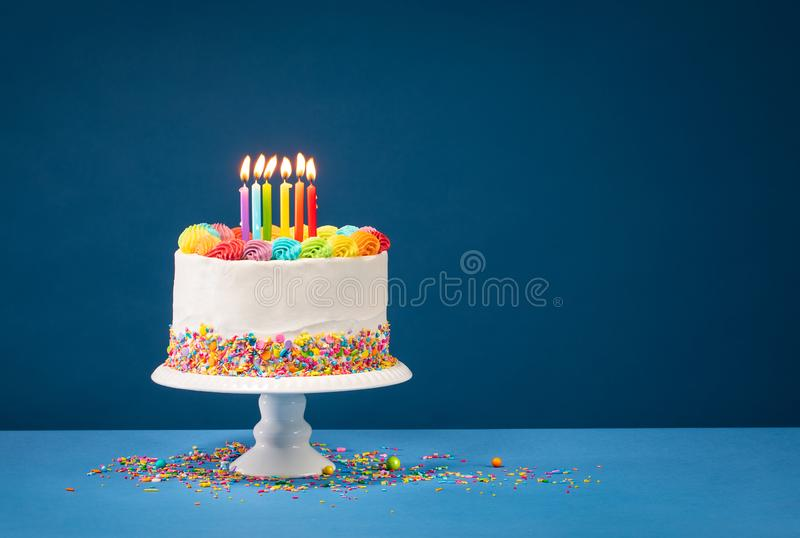 Bunter Geburtstags-Kuchen über Blau stockfotos
