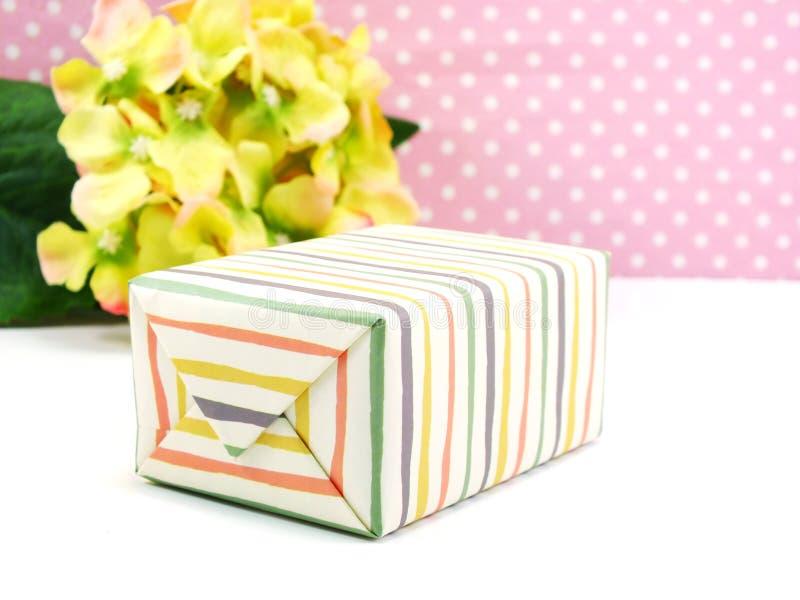 Bunter Geschenkkasten und schöne Blume stockfotos