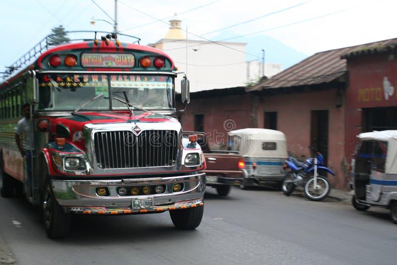 Bunter Hühnerbus in Antigua, Guatemala stockfotos