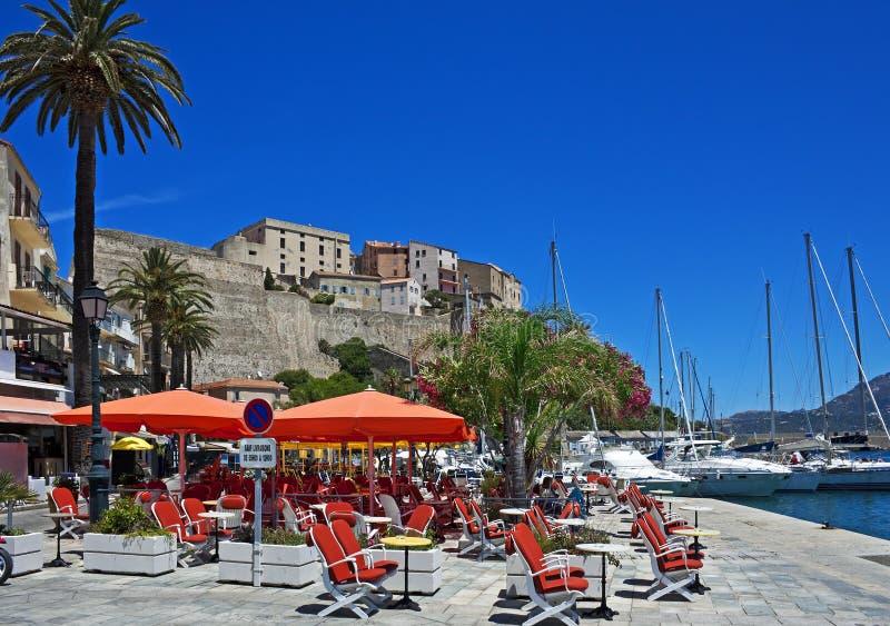 Bunter Hafen mit Zitadelle, Calvi, Korsika stockfotos