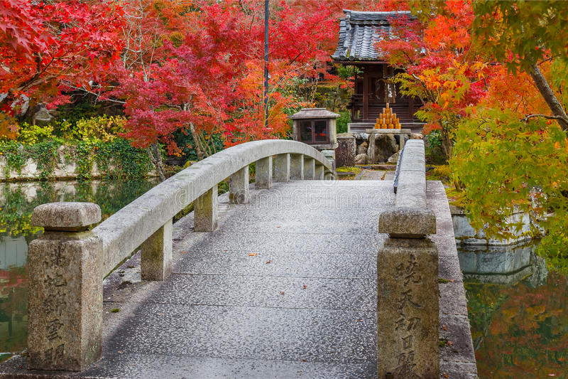 Bunter Herbst an Tempel Eikando Zenrinji in Kyoto stockbilder