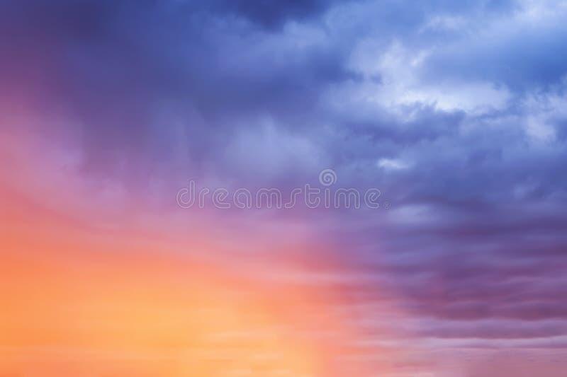 Bunter Herbsthimmelhintergrund, Morgensonnenaufgang stockbild