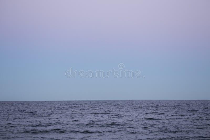 Bunter Himmel nach Sonnenuntergang an Milford-Punkt, Connecticut lizenzfreies stockfoto