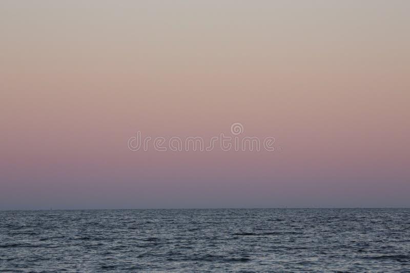 Bunter Himmel nach Sonnenuntergang an Milford-Punkt, Connecticut stockbilder