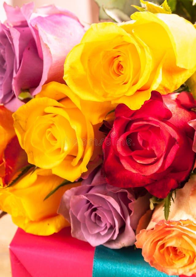Bunter Hintergrund von frischen Rosen stockfoto