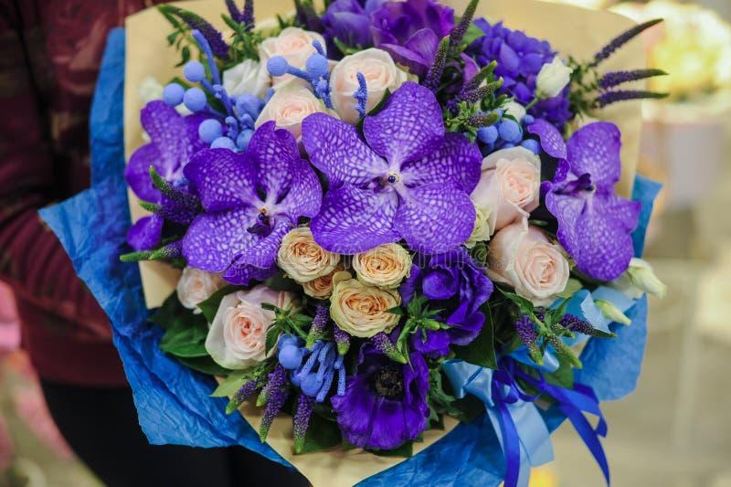 Bunter Hochzeitsblumenstrauß mit schöner purpurroter Orchidee stockfotos