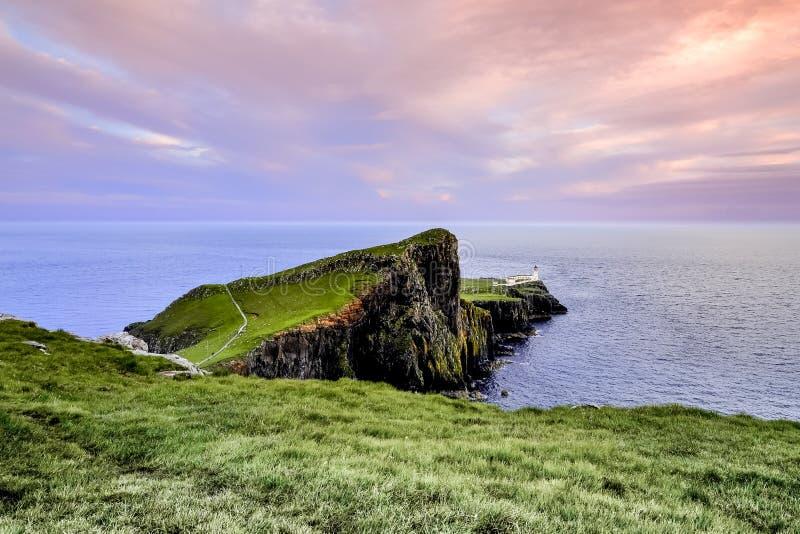 Bunter Küstensonnenuntergang am Neist-Punkt-Leuchtturm auf Insel von Skye in Schottland, Vereinigtes Königreich stockfotos